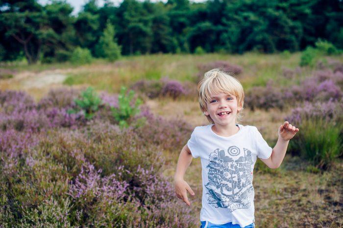 Beweging bij kinderfotografie, de jongen rent