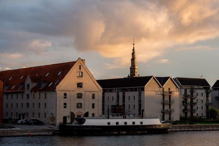 Dat deze foto draait om het licht op de kerktoren komt niet goed naar voren. Je wordt afgeleid door de andere gebouw en de boot onderin beeld.