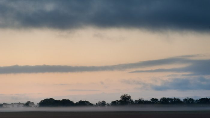 Een laagje grondmist boven de akker, net voor zonsopkomst (Frankrijk)