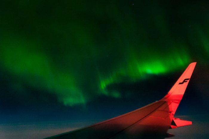 Het noorderlicht vanuit het vliegtuig.