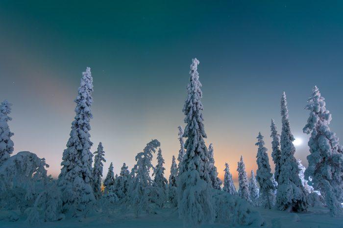 Het licht van het dorpje vermengd met maanlicht en een hééél klein beetje noorderlicht bovenin.