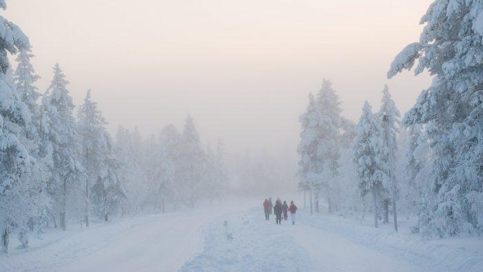 Onderweg naar de supermarkt in Saariselka in een besneeuwde wereld