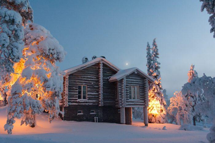 Huisje in Saariselka, Lapland. Om half 3 begon het al bijna weer donker te worden, de lichten gaan aan.