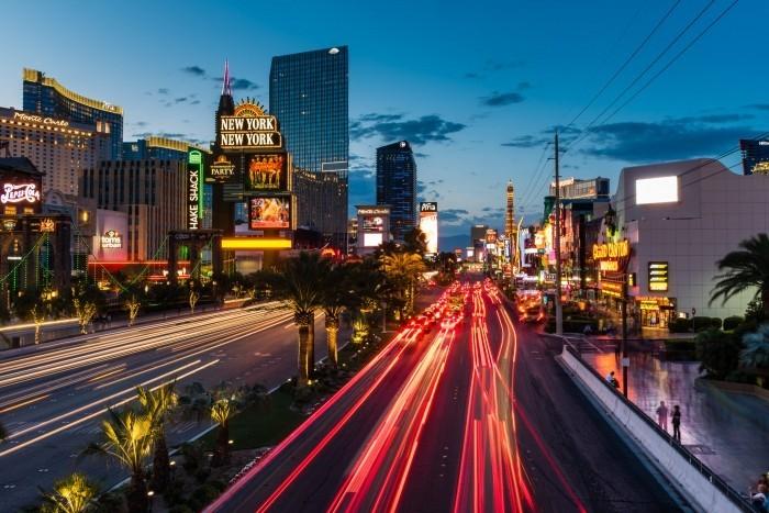 Verkeerstrepen van auto's bij de Las Vegas Strip