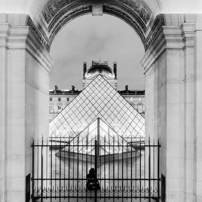 Een kader om de pyramides van het Louvre