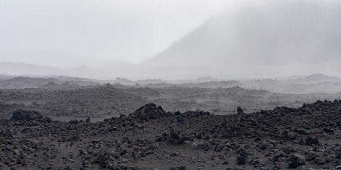 Een bijzonder landschap op de Haleakalavulkaan op Maui, Hawaii. De foto lijkt omgezet naar zwart-wit, maar dat is-ie niet.