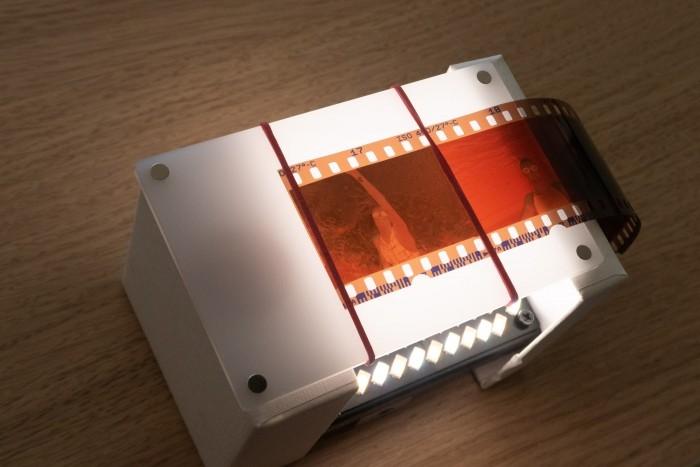 Door het diffusorplaatje te verhogen, krijg je een egale witte ondergrond voor het fotograferen van het negatief.