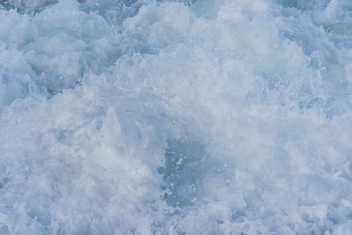Nevel verwijderen in schuim en opspattend water