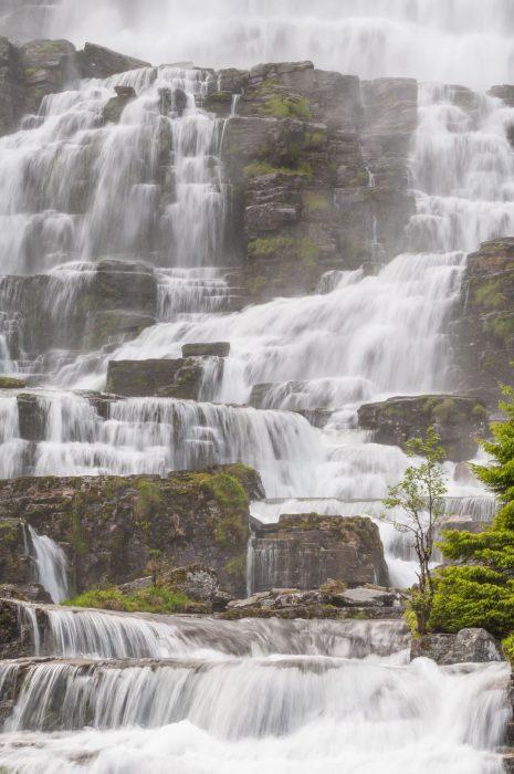 Nevel verwijderen bij een waterval