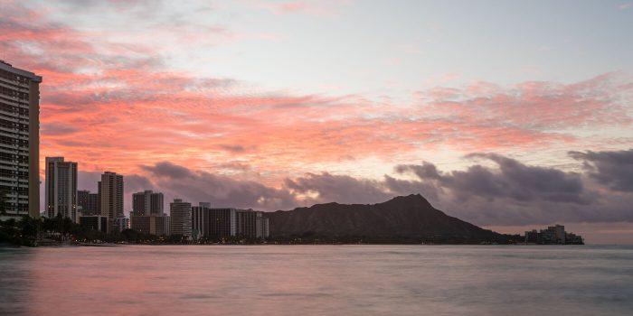 De skyline van Waikiki Beach, Oahu, Hawaii. Niet alleen de flats, maar ook de berg (Diamond head) is een onderdeel van de skyline.