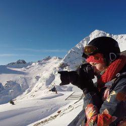 Aan het fotograferen op de top van de berg, tussen het snowboarden door.