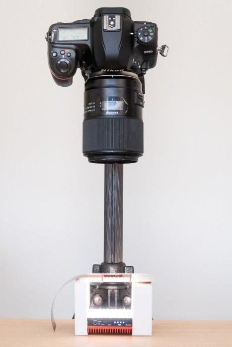 Dit is de opstelling om het negatief te scannen door er een foto te maken. De camera met macrolens staat op een statief. Het negatief ligt op een gefabriceerde lichtbak met een LED-lampje eronder.