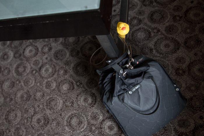 De PacSafe tas is hier op zo'n manier bevestigd aan de tafel dat je of de tafel moet meenemen, of de tafel uit elkaar moet schroeven, wil een dief de tas meenemen. Snel weggrissen zit er dus niet bij! (Als je denkt.. wat een foute vloerbedekking?! Dan zeg ik: Las Vegas. Zegt vast genoeg ;))