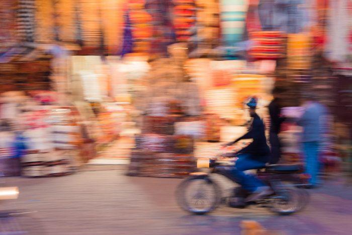 Als je niet goed met dezelfde snelheid meetrekt met je camera, krijg je een foto waarbij alles onscherp is.