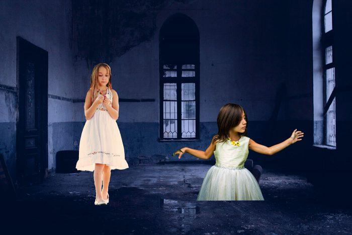 Ik kopieer de lagen in Photoshop met de meisjes naar de foto met de enge setting.