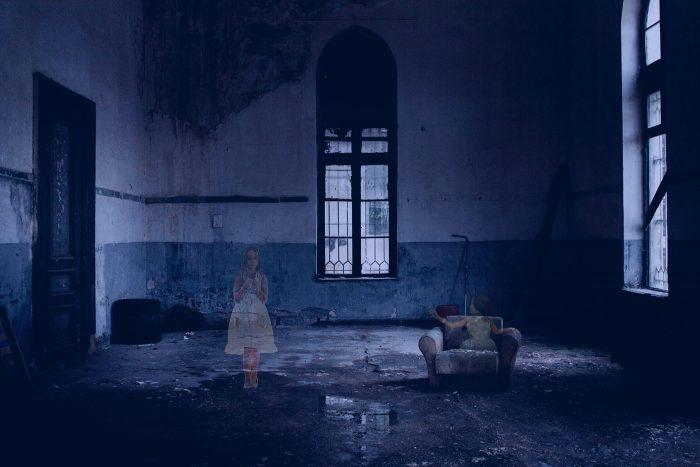 Spookfoto met enge omgeving en twee meisjes als geest