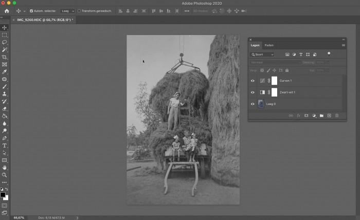 Met de aanpassingslagen Zwart-wit en Curve werd de kleurzweem verwijderd en de foto wat lichter gemaakt.