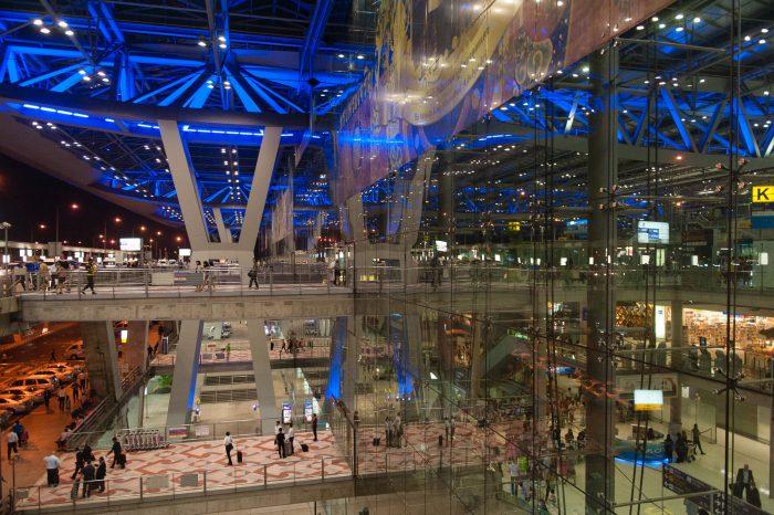 Met polarisatiefilter zie je de binnenkant van het indrukwekkende gebouw van Bankgok Airport beter. Zonder filter zie je vooral in het midden de omgeving gespiegeld.