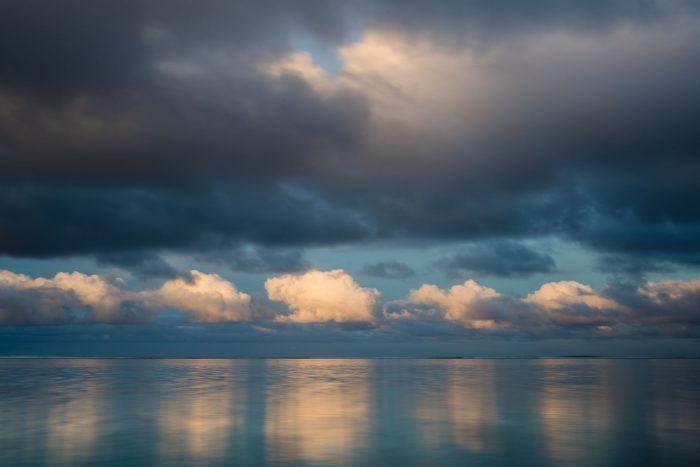 In deze foto zie je duidelijk dat lichte objecten (in dit geval de wolken) het eerst zichtbaar worden in de weerkaatsing.