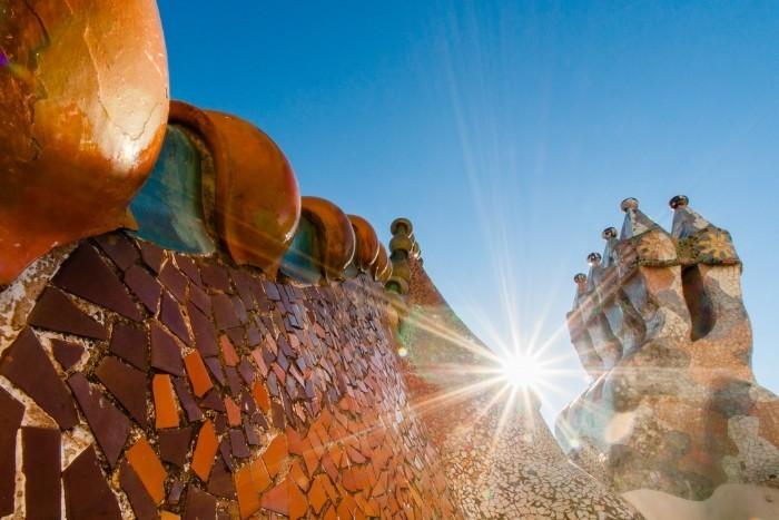 Zon boven gebouw van Gaudi in Barcelona