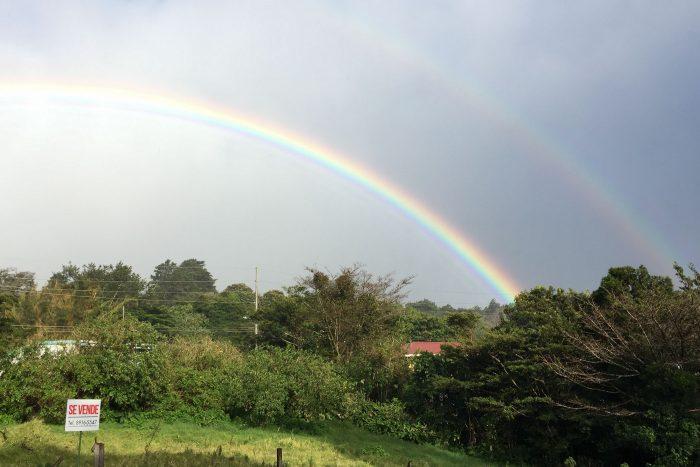 Regenboog met iPhone gefotografeerd