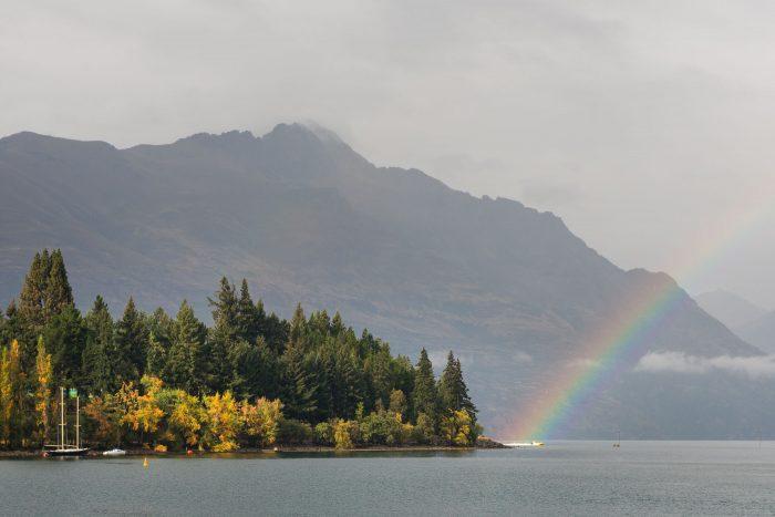 De foto werd net nog iets spannender toen er een speedboat onder het uiteinde van de regenboog voorbij sjeesde.