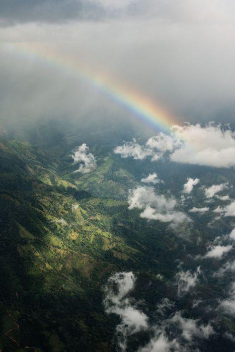 Regenboog vanuit het vliegtuig gefotografeerd