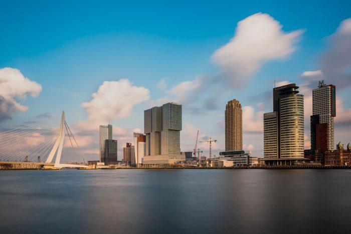 Skyline van Rotterdam met natuurlijk de Erasmusbrug