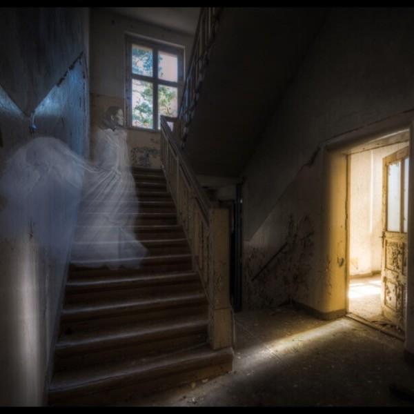 Spookfoto gemaakt met app Ghost Stickers. Jij kiest een foto uit je gallery als achtergrond (of maakt er eentje) en voegt hierna een spook toe.