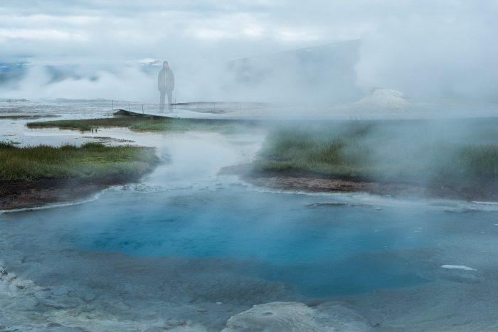 Spookfoto in IJsland. Gemaakt met een sluitertijd van 15seconden. De rook dat van de geothermische meren afkomt zorgt voor een mysterieus effect.