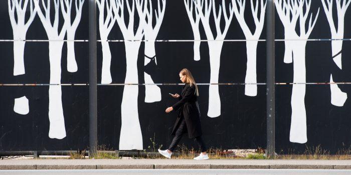Dezelfde muur als de foto's hierboven, maar dan een eind verder op. Ik wist dat ik de dame precies in het midden van het beeld wilde plaatsen, zodat ze met haar zwarte jas en broek zou 'wegvalen' in het zwart van de achtergrond. Haar hoofd, handen en schoenen krijgen hierdoor extra aandacht.