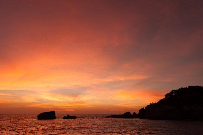 Zonsondergang vanaf de boot, kijkend naar één van de similan eilanden