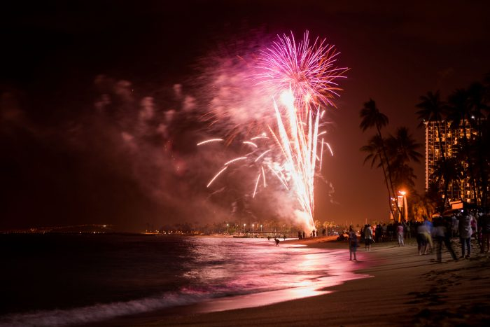 Vuurwerkshow op Waikiki Beach, Oahu, Hawaii