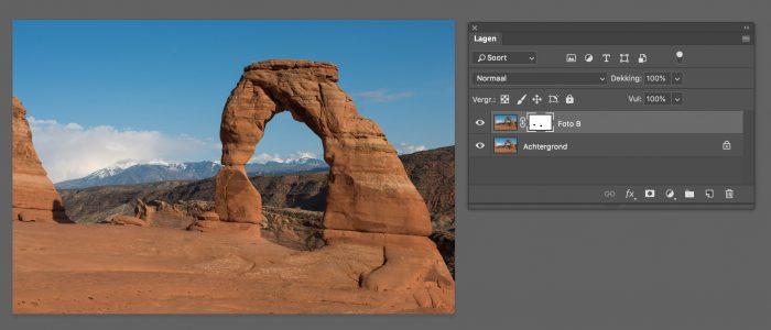 Photoshop uitleg: De twee foto's staan boven elkaar. Met het masker op de bovenste foto verberg ik de toeristen. Omdat de foto eronder exact op dezelfde plaats gemaakt is met dezelfde belichting, wordt de ruimte achter de toeristen opgevuld met de foto uit de onderste laag.