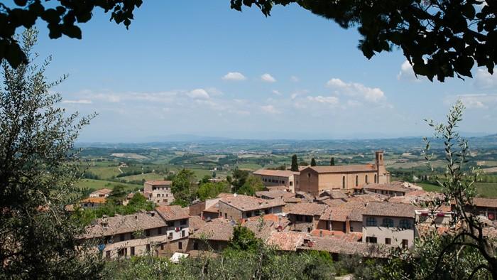 Toscane in de middag: om half 1 staat de zon hoog, de kleuren zijn fletser
