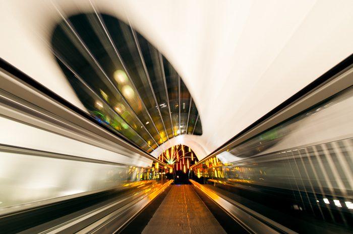 Deze foto werd gemaakt terwijl mijn statief op een rolpad stond. Aan het einde van de tunnel zie je één van de lichtkunstwerken van GLOW.