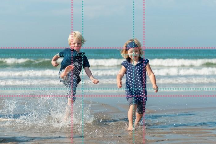 Het jongetje en de horizon zijn volgens de regel van derden. Het meisje en de vloedlijn volgens de gulden snede.
