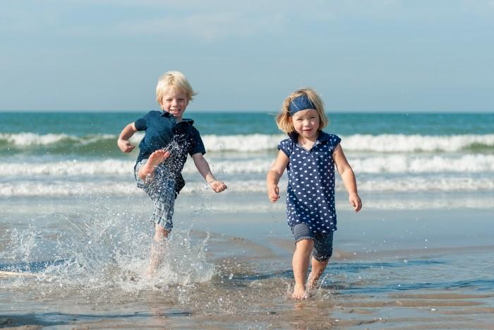 Twee kindjes op het strand