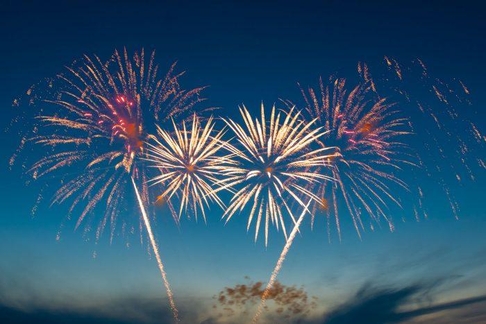 Tijdens het vuurwerkfestival in Scheveningen kun je bij de eerste show het blauwe uurtje nog wel meepakken. Deze eerste vuurwerkshow begint ongeveer een half uur tot drie kwartier na zonsondergang. Als het een onbewolkte lucht is, dan zie je de blauwe kleur het best.