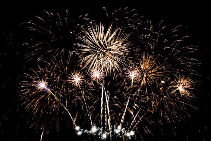 Aan het eind van de vuurwerkshow wordt er meestal een echte finale de lucht in geknald. En omdat het 't einde van de show is, hangt er vaak wel wat kruitdampen in de lucht. Kies dan geen sluitertijd van enkele seconden. Waarschijnlijk heb je dan teveel vuurwerk in beeld, maar valt daardoor ook de wolken van de kruitdampen nog teveel op tussen de lichtstrepen.