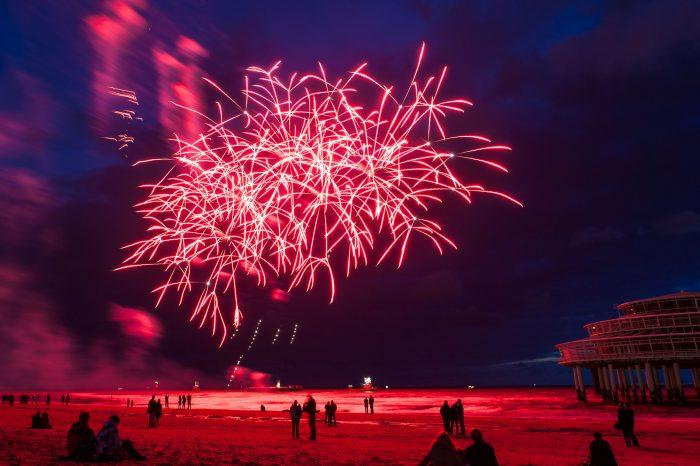 BIj het jaarlijkse vuurwerkfestival in Schevening (altijd in augustus) wordt het vuurwerk afgestoken vanaf plantons op het water. Iedereen heeft daardoor een veilige afstand.