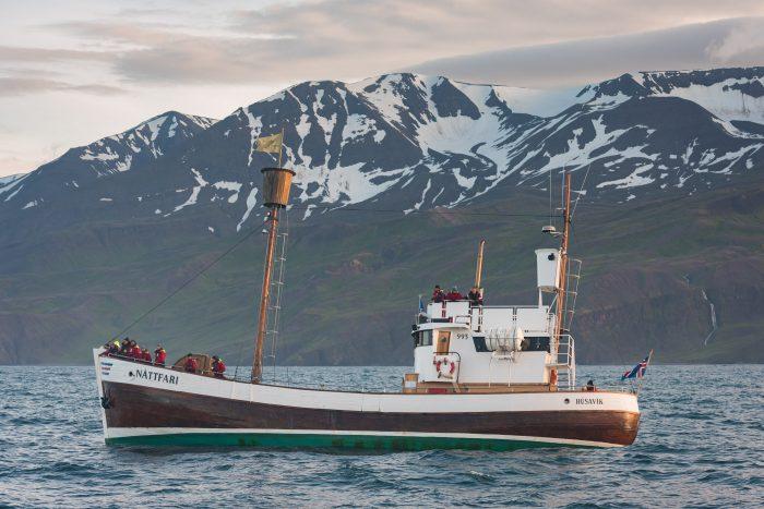 """Als je denkt; """"Wat hangt die boot scheef"""", dan kan ik zeggen: dat klopt! Ondanks dat de zee niet erg veel golven had, schommelde de boot aardig op en neer!"""