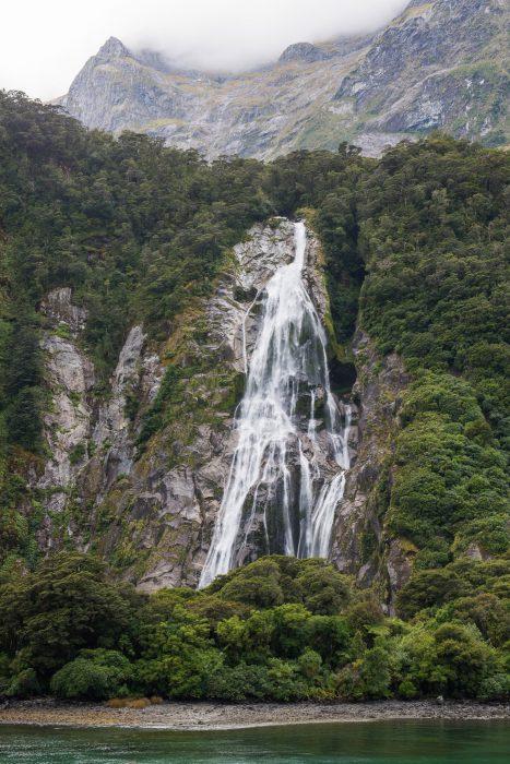 Waterval bij Milford Sound, Nieuw-Zeeland