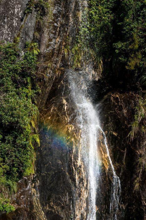 Regenboog in de waterval