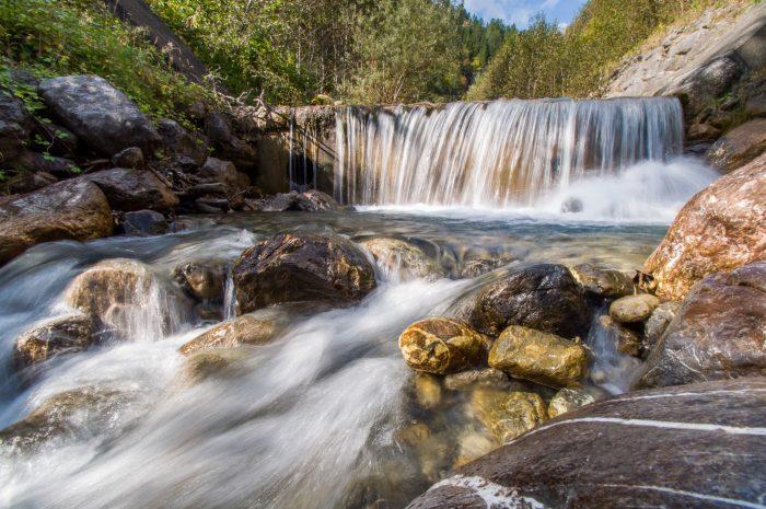 Voor deze watervalfoto stond mijn camera op een klein 'bolletjes' statief op de rotsen.