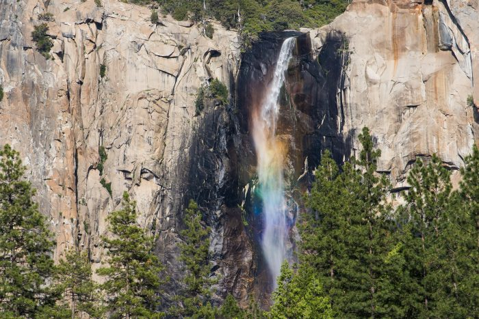 Prachtige regenboog in de 'bridalveil fall' in Yosemite