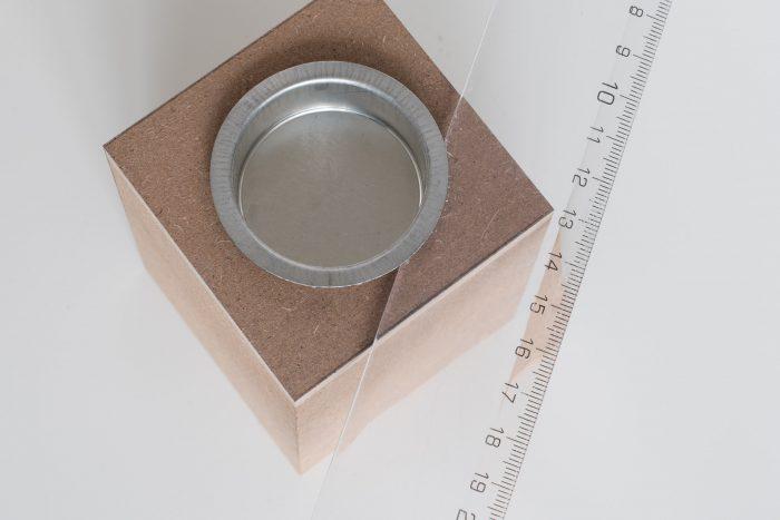 Wip het aluminium cupje van de waxinelichterhouder eruit.