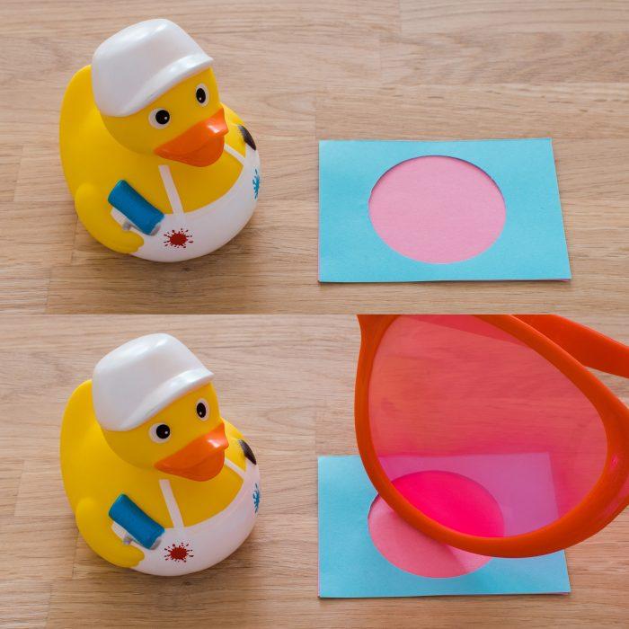 Bij een aanpassingslaag kijk je nog steeds naar de papiertjes, maar is de weergave van de papiertjes aangepast door het effect van de bril.