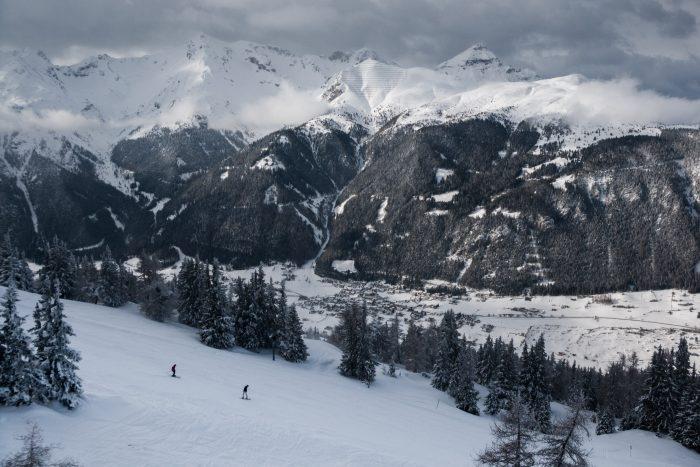 Dreigende lucht boven de besneeuwde berg