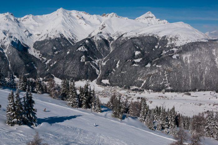 Blauwe lucht, sneeuw en bergen